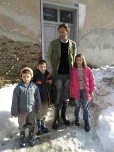 Троје Младеновића школараца са оцем