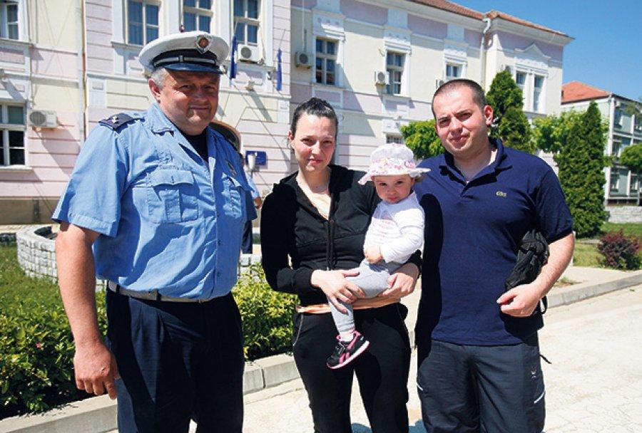 Тренутак за памћење... Сара са родитељима и својим спасиоцем