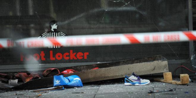 Демонстранти у Лондону обијају продавнице, краду алкохол и телевизоре