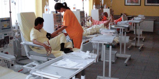 """Српско здравство у """"клиничкој смрти"""": На носилима преносе пацијенте до хируршке сале"""