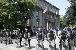 Тадић је главни кривац за стање Србије, а сад од њега праве жртву