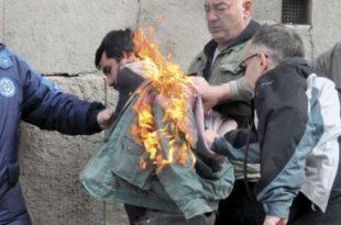 """Радник """"Глутина"""" се запалио пред зградом владе"""