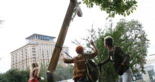 Активисткиње FEMEN срезале католички крст у Кијеву 1