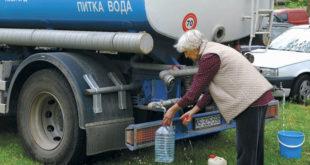 Ужичани пију воду из цистерни 11