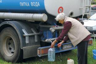Ужичани пију воду из цистерни 10