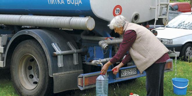 Ужичани пију воду из цистерни 1