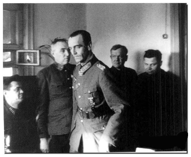 Генерал Паулус после предаје са совјетским официрима