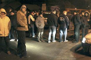 Кфор уклања, Срби подижу нове барикаде