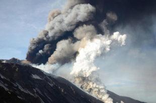 Италија: Етна опет избацује лаву и пепео