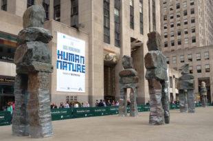 Људска природа испред Рокефелер центра у Њујорку