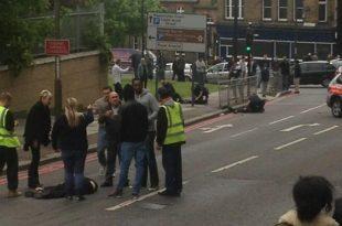 Исламисти у сред Лондона сатаром одсекли главу војнику (фото, видео)