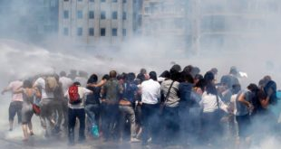 Турска: Рат демонстраната и полиције због парка (видео) 7