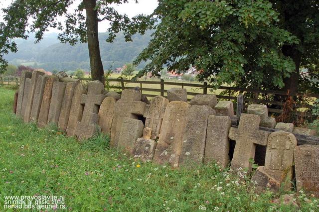 почупани надгробни споменици