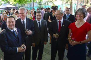На отварању нове амбасаде САД на Дедињу око 3000 људи (фото галерија)