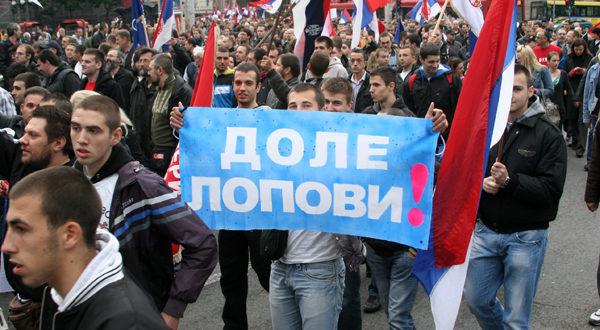 Пропаст Србије подвучена жутим: На исти начин већ две деценије политичка елита пљачка државу и народ