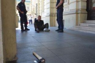 Новосађанин покушао да са секиром уђе у Градску кућу вичући да је гладан! 8