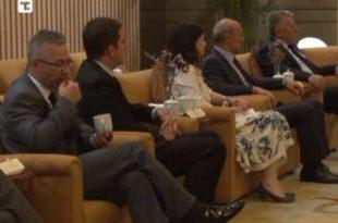 Напредна Србија: Николићев саветник у Кини чачкао зубе и мрвио по тепиху (видео)