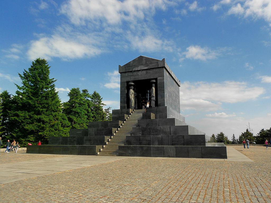 Пагански храм на Авали
