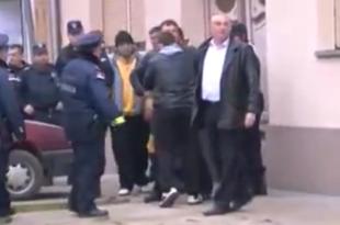 Вучићеви батинаши напали новинаре у Оџацима (видео)