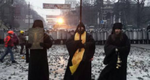 Монаси Кијево-Печерске лавре  у Кијеву покушавају да зауставе насиље и крвопролиће инспирасано од стране ЕУ и САД (фото) 6