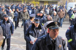 Врање: Протест 300 полициjаца са KиM против Уредбе Владе Србиjе о пензионисању