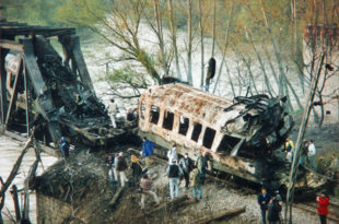 На данашњи дан: НАТО погодио међународни путнички воз на мосту преко Јужне Мораве код Грделице (видео)