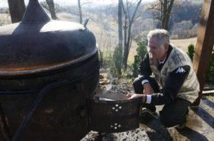 Док се Србија давила, Томислав Николић пекао ракију и окретао прасиће на ражњу
