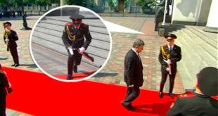 ДОБАР ЗНАК! На инаугурацији председника кијевске ЕУ-наци хунте гардисти испала пушка из руке! (видео) 10
