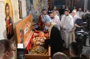 Српским екуменистима и новотарцима празне цркве па доносе мошти владике Николаја како би поново привукли народ