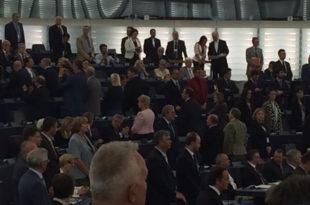 ШОК У БРИСЕЛУ: Посланици Европског парламента окренули леђа химни и застави ЕУ
