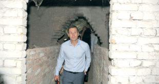 Мали коначно пронашао себе у подземљу, само му још мајмун и тенк фале па да буде КАТАСТРОФА! (видео)