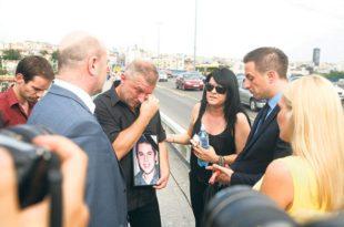 Протест на Бранковом мосту - 300 људи се придружило Бојану Јовановићу док Вучићев режим крије татиног сина УБИЦУ!