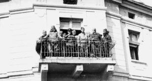 """На балкону хотела """"Париз"""" након ослобођења Крушевца 14. октобра 1944. 6"""