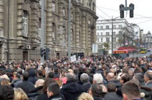 Адвокати испред Владе Србије, заустављен саобраћај