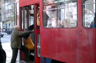 Скандал: Бројач путника брутално удара старца (видео)