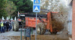 Француски сељаци затрпали зграду француске владе са 100 тона гована! (видео) 10