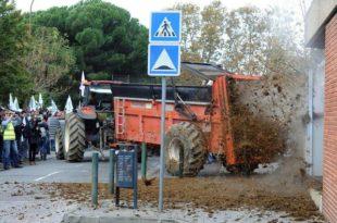 Француски сељаци затрпали зграду француске владе са 100 тона гована! (видео) 2