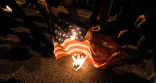 Рат на улицама Атине: Сузавац, шок-бомбе, запаљене заставе САД и ЕУ (видео) 8
