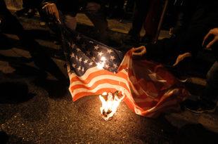 Рат на улицама Атине: Сузавац, шок-бомбе, запаљене заставе САД и ЕУ (видео)