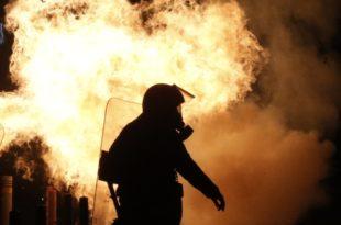 Атина у пламену! Жестоки сукоби демонстраната и полиције (видео)