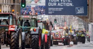Кад се дигне кука и мотика: Тракторима блокирано седиште ЕУ! (видео) 8