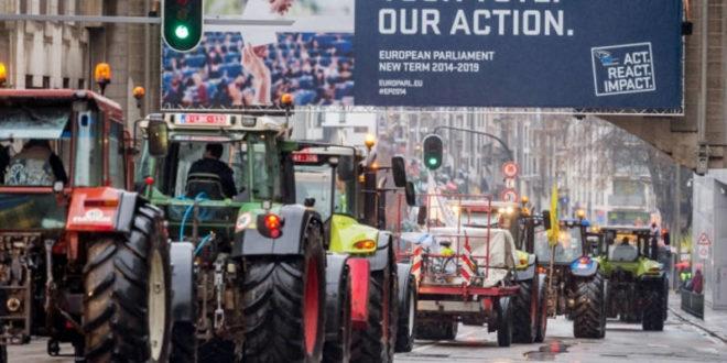 Кад се дигне кука и мотика: Тракторима блокирано седиште ЕУ! (видео) 1