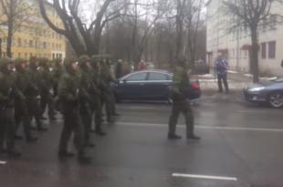 НАТО марш у Естонији становници Нерве пропратили машући руским заставама и певајући химну СССР-а (видео)