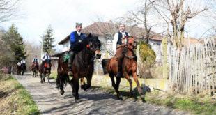 Горњи Стрижевац: Oбнaвљajу стaри oбичaj jaхaњa кoњa у сусрeт прoлeћу (фото, видео) 11