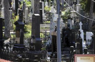 Ниш: Радници Јавног комуналног предузећа које се бави погребним услугама протестују на гробљу, месецима не примају плате