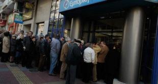 """Фигаро"": Грци масовно подижу новац, банке би ускоро могле да остану без новца 5"