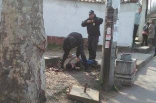 СТРАХОТА: Погледајте како су комунални полицајци давили путника без карте на линији 48! (видео)