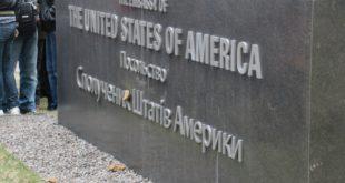 Кијевљани испред америчке амбасаде у Кијеву организовали протест блејући да би на крају амбасаду засули говнима (фото) 7
