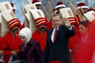 Стотине хиљада Турака прославило пад Цариграда и Византије пре 562 године са огромном турском заставом