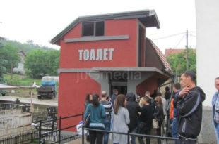 СНС ЈЕ РАСАДНИК ЛУДАКА! Градоначелник Лесковца свечано отворио WC на гробљу (фото)